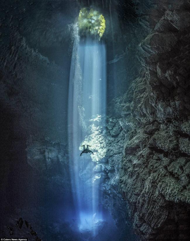 Hình ảnh ngoạn mục đến khó tin bên trong hang động ngầm dưới đáy đại dương - 1