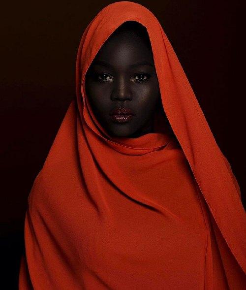 """Cô gái trẻ khiến cả thế giới """"phát sốt"""" vì da đen như than củi - 4"""