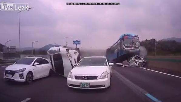 Kinh hoàng cảnh xe buýt nghiền nát hàng loạt xe con ở HQ - 1