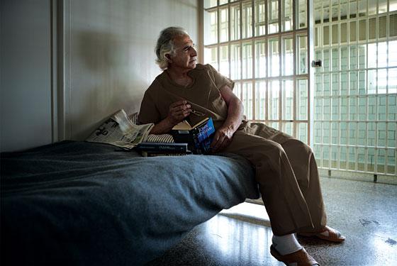 """Đời tù nhân thanh thản và yên bình của """"siêu lừa"""" nguy hiểm nhất nước Mỹ - 1"""