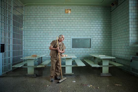 """Đời tù nhân thanh thản và yên bình của """"siêu lừa"""" nguy hiểm nhất nước Mỹ - 2"""