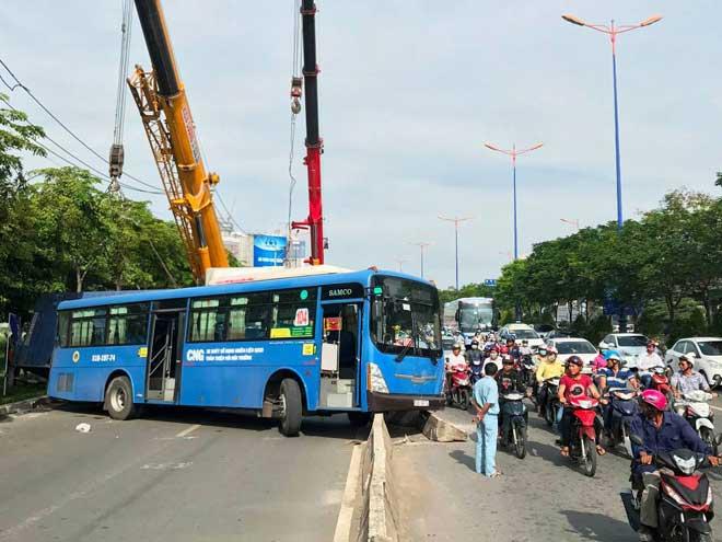 Kinh hoàng container lật đè xe máy và xe buýt dưới dốc cầu SG - 4
