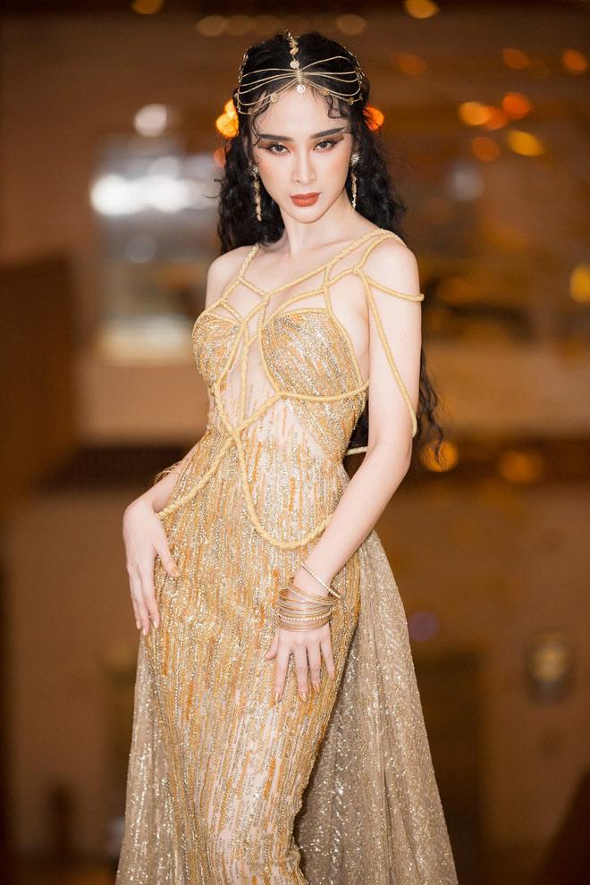 Bí mật sau bộ váy xẻ ngực biến Angela Phương Trinh thành nữ thần Ai Cập - 1