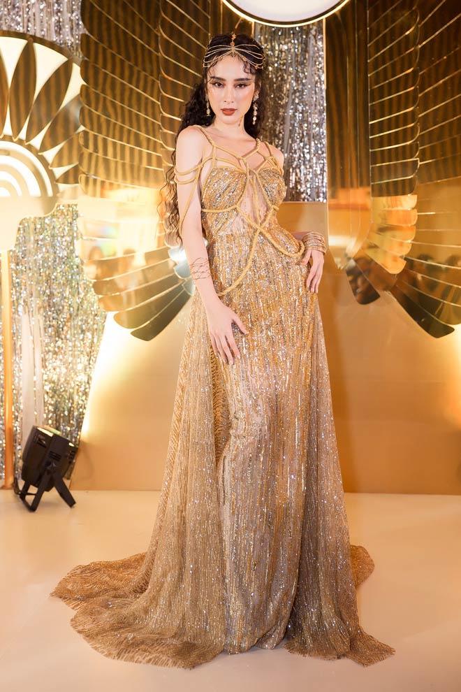 Bí mật sau bộ váy xẻ ngực biến Angela Phương Trinh thành nữ thần Ai Cập - 3