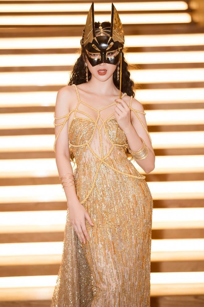 Bí mật sau bộ váy xẻ ngực biến Angela Phương Trinh thành nữ thần Ai Cập - 6