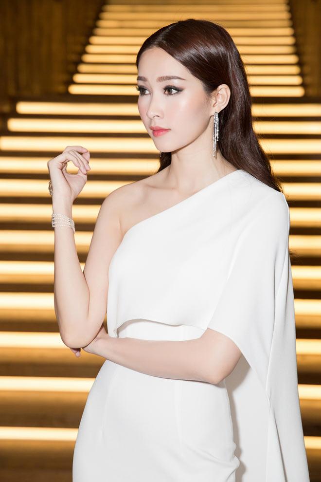 Bí mật sau bộ váy xẻ ngực biến Angela Phương Trinh thành nữ thần Ai Cập - 8