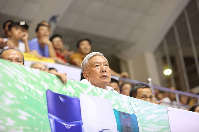 """Cụ già U70 chăm chú xem """"chân dài"""" bóng chuyền VN trổ tài - 14"""