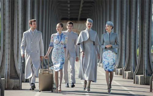 Đồng phục xa xỉ gây sốc của tiếp viên hàng không Trung Quốc - 1