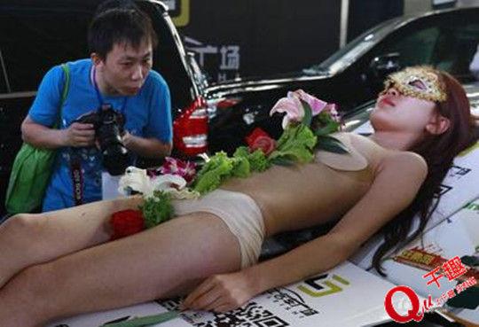 Mẫu nude tiệc sushi khổ sở vì khách dùng đũa sàm sỡ - 7