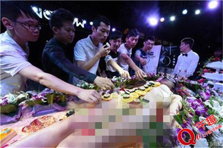 Mẫu nude tiệc sushi khổ sở vì khách dùng đũa sàm sỡ - 5
