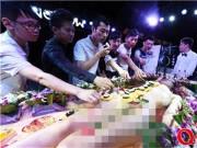 Thời trang - Mẫu nude tiệc sushi khổ sở vì khách dùng đũa sàm sỡ