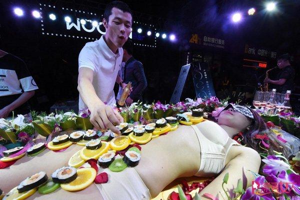 Mẫu nude tiệc sushi kể về nỗi tủi hổ, chua chát nhất cuộc đời - 1