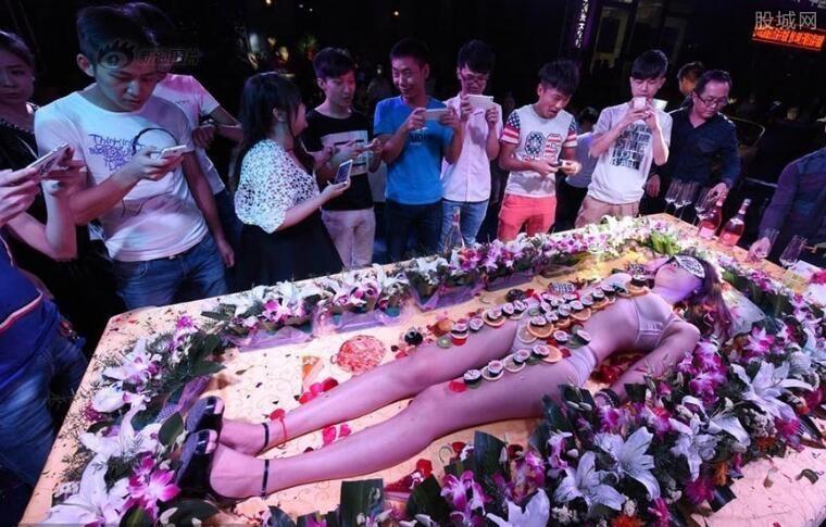 Mẫu nude tiệc sushi kể về nỗi tủi hổ, chua chát nhất cuộc đời - 2