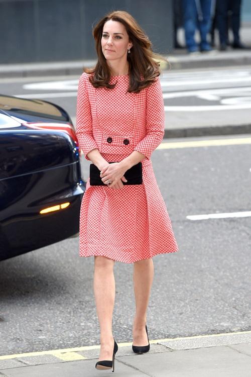 """6 lần công nương Kate """"mượn"""" quần áo của mẹ chồng Diana - 2"""