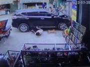 Tin tức trong ngày - Clip: Người đi bộ bị ô tô tông văng tứ tung trên đường