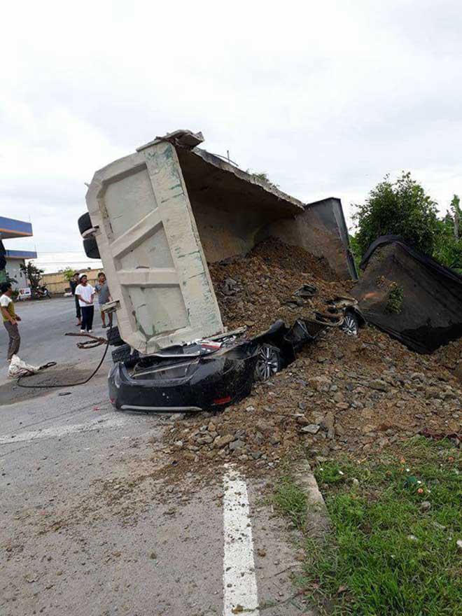 Xe tải chở đất lật nghiêng đè bẹp dúm ô tô, lái xe chết thảm - 1