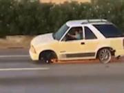 Phi thường - kỳ quặc - Mất 2 bánh, ô tô vẫn chạy băng băng trên đường