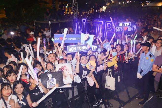 Phố đi bộ Nguyễn Huệ kẹt cứng hàng giờ vì Sơn Tùng M-TP - 1