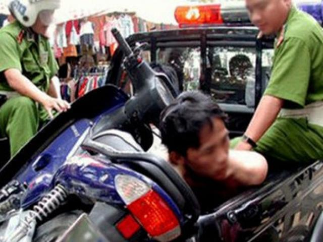 Bắt khẩn cấp 2 nghi can cướp xe du lịch trong đêm - 1