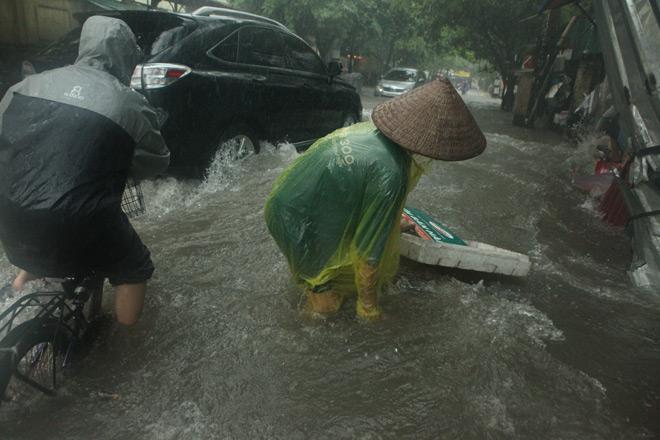 Clip: Sóng đánh dạt người và xe trên phố Hà Nội - 5