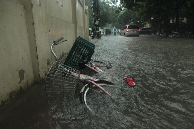 Clip: Sóng đánh dạt người và xe trên phố Hà Nội - 4
