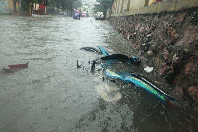 Clip: Sóng đánh dạt người và xe trên phố Hà Nội - 11