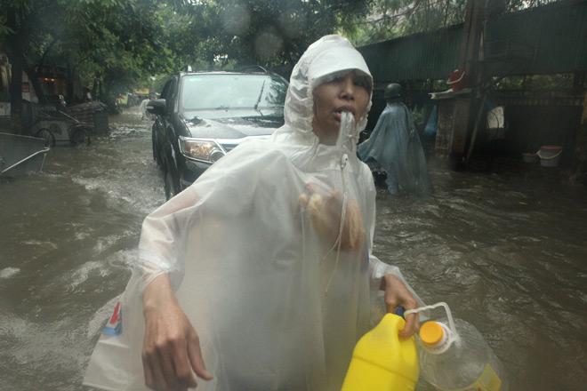 Clip: Sóng đánh dạt người và xe trên phố Hà Nội - 14
