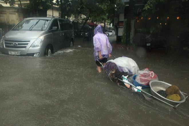 Clip: Sóng đánh dạt người và xe trên phố Hà Nội - 12