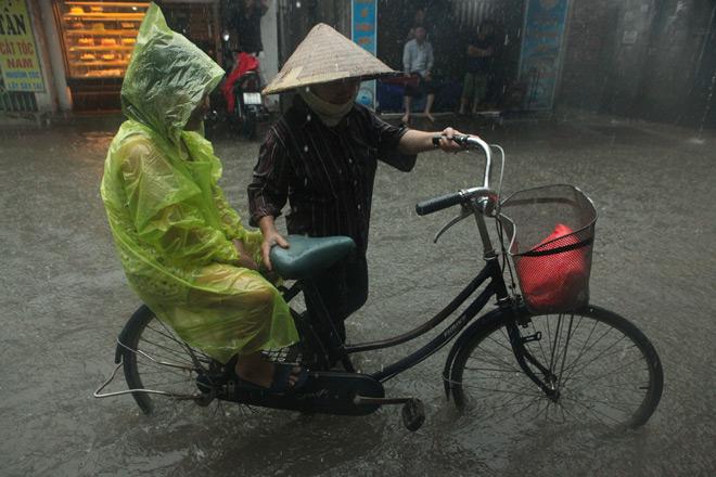 Clip: Sóng đánh dạt người và xe trên phố Hà Nội - 13