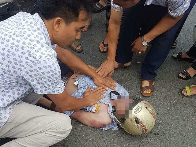 Đang đi xe máy, người đàn ông bị sét đánh văng xuống đường