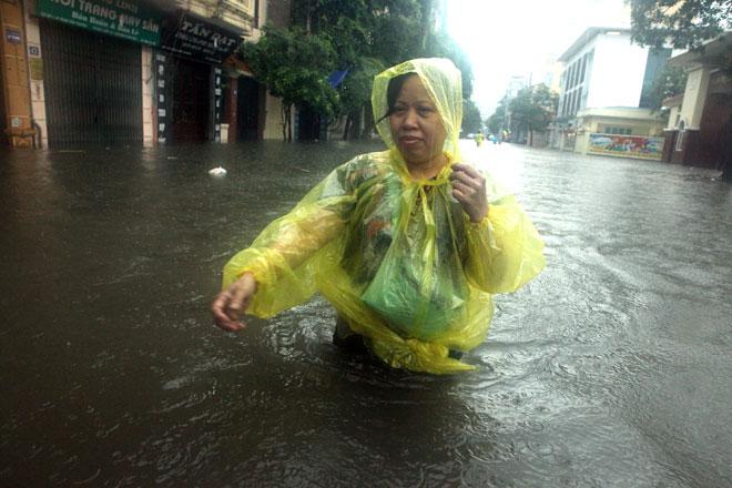 Bão số 2 đi qua, Bắc Bộ vẫn chưa thoát cảnh mưa ngập đường - 1