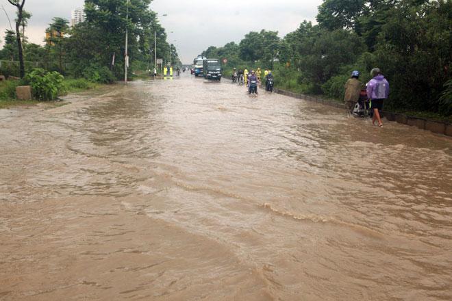 Đại lộ Thăng Long ngập sâu, dân xếp hàng thuê người chở xe - 1