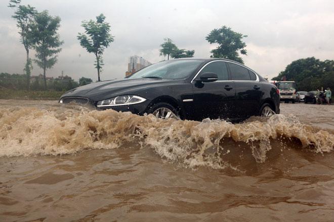 Đại lộ Thăng Long ngập sâu, dân xếp hàng thuê người chở xe - 2