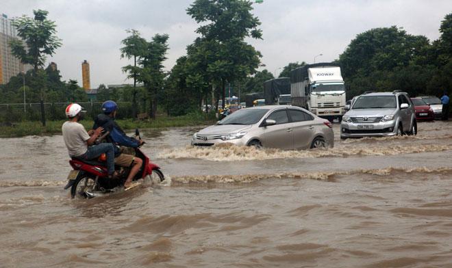 Đại lộ Thăng Long ngập sâu, dân xếp hàng thuê người chở xe - 5