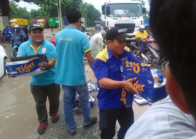 Cả trăm thùng bia từ xe đầu kéo rơi xuống đường và cái kết - 2