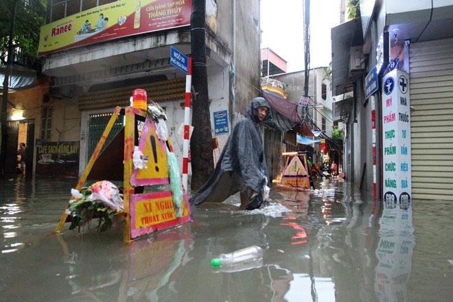Nước tràn vào nhà sau mưa lớn, dân Thủ đô đắp kè tát nước cứu tài sản - 2