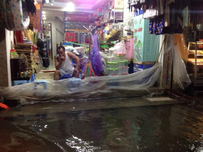 Nước tràn vào nhà sau mưa lớn, dân Thủ đô đắp kè tát nước cứu tài sản - 1