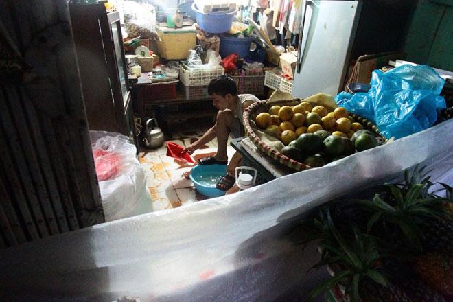 Nước tràn vào nhà sau mưa lớn, dân Thủ đô đắp kè tát nước cứu tài sản - 5