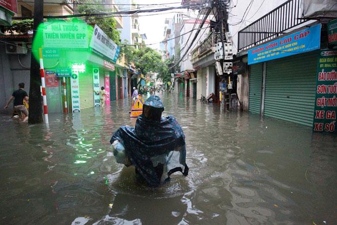 Nước tràn vào nhà sau mưa lớn, dân Thủ đô đắp kè tát nước cứu tài sản - 8