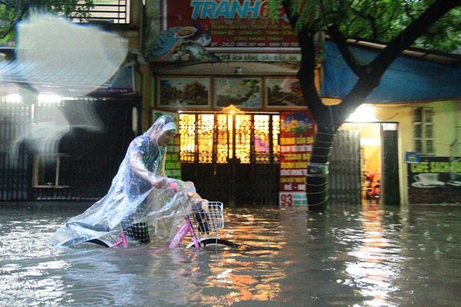 Nước tràn vào nhà sau mưa lớn, dân Thủ đô đắp kè tát nước cứu tài sản - 3