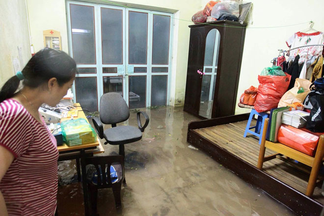 Nước tràn vào nhà sau mưa lớn, dân Thủ đô đắp kè tát nước cứu tài sản - 9