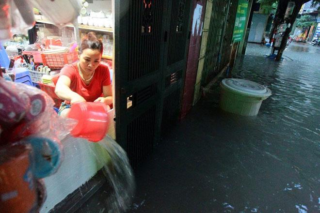 Nước tràn vào nhà sau mưa lớn, dân Thủ đô đắp kè tát nước cứu tài sản - 4
