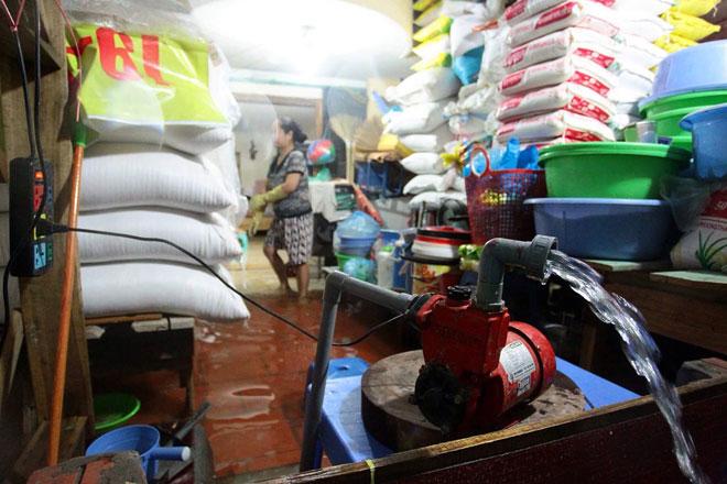 Nước tràn vào nhà sau mưa lớn, dân Thủ đô đắp kè tát nước cứu tài sản - 6