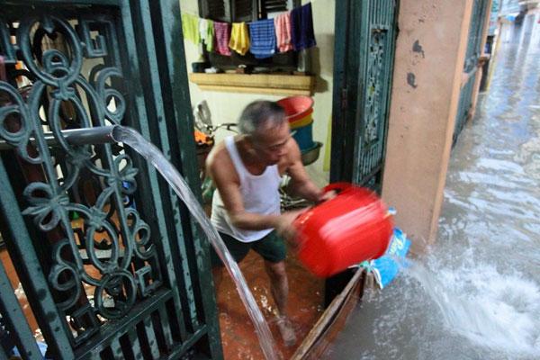 Nước tràn vào nhà sau mưa lớn, dân Thủ đô đắp kè tát nước cứu tài sản - 7