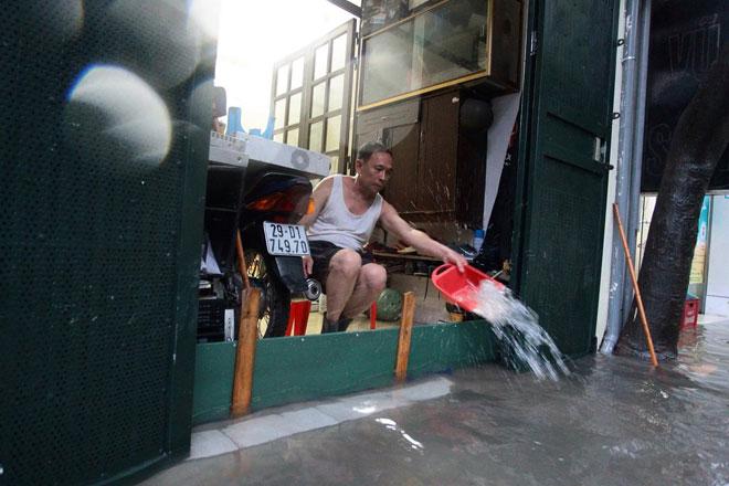 Nước tràn vào nhà sau mưa lớn, dân Thủ đô đắp kè tát nước cứu tài sản - 10