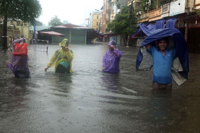 """Nóng 24h qua: Dân Thủ đô """"cưỡi sóng"""" về nhà sau bão số 2 - 1"""