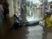 Tin tức trong ngày - Nước ngập ngang bụng, dân Thủ đô bỏ xe lội nước về nhà