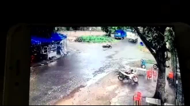 Clip xe máy lao vào xe tải, thanh niên bất động trên vũng máu