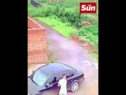 Phi thường - kỳ quặc - TQ: Định mở cửa xe ô tô ăn trộm thì thấy điều kinh ngạc