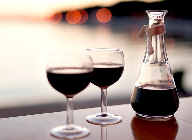 Rượu vang: chứa chất chống oxy hóa giúp thư giãn các thành động mạch, tăng lưu lượng máu xuống bộ phận sinh dục. Tuy nhiên, chỉ nên thưởng thức 1 chút rượu vang đỏ để tạo cảm hứng và sự lãng mạn giữa các cặp đôi. Nếu uống quá 2 ly vang đỏ, những lợi ích tích cực sẽ không còn nữa, thay vào đó là sự kích thích thần kinh có ảnh hưởng tiêu cực.